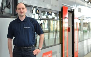 railmen-Lokführer Jan Krehl vor einem Triebwagen der Mitteldeutschen RegioBahn (Veolia) auf dem Hauptbahnhof in Leipzig.