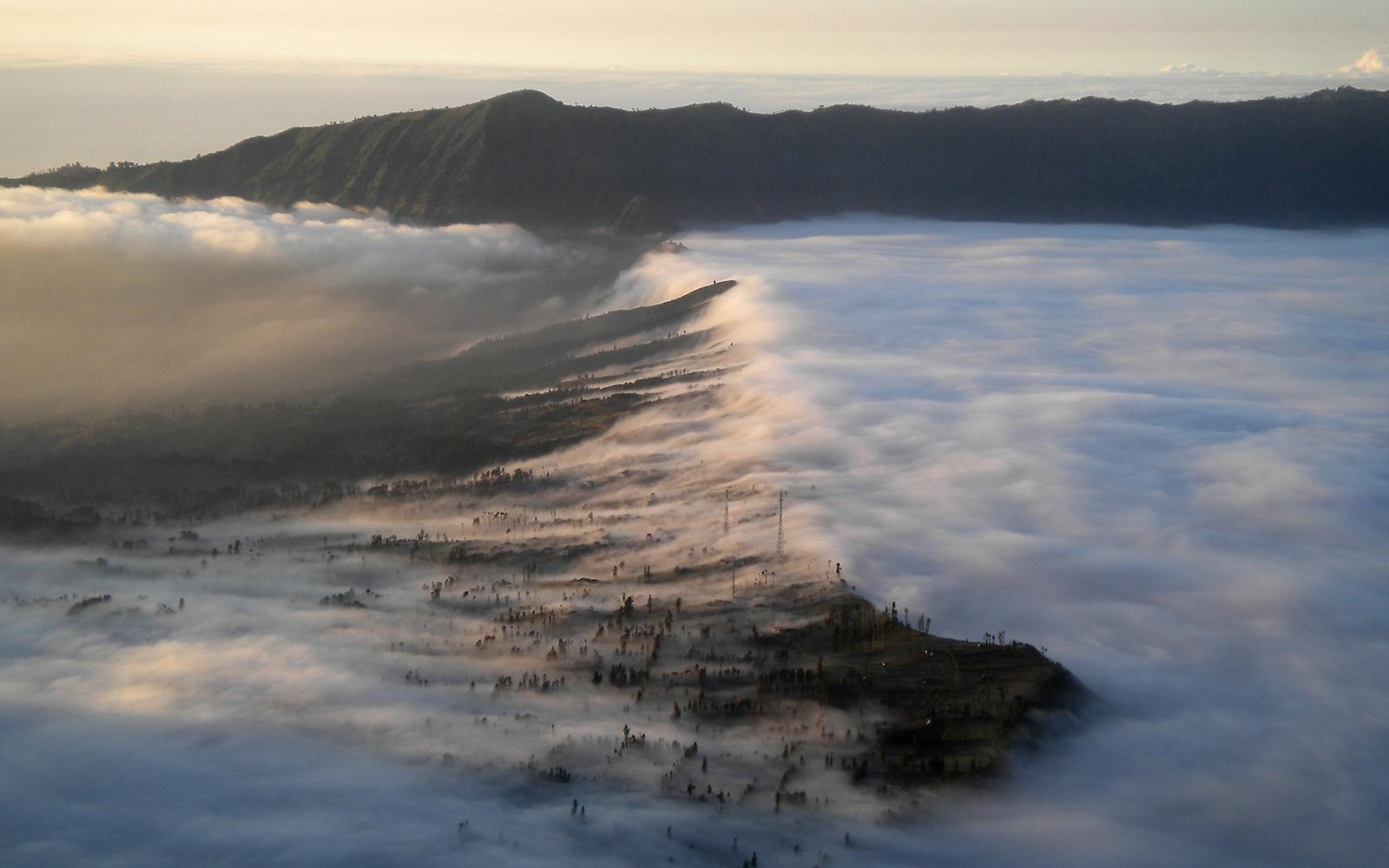 Foto: Das absolute Highlight: der Sonnenaufgang über den Wolken mit Blick auf die Vulkane Bromo und Semeru ... Fotografiert von railmen-Lokführer Steffen Mann.