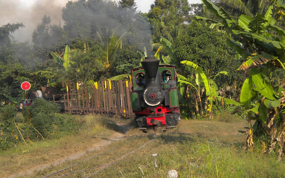 Alte Dampflok auf einer Zuckerrohrplantage in Indonesien