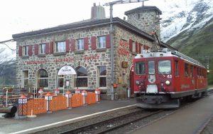 Rhätische Bahn in der Schweiz am BHF Alpengrüm