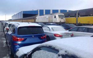 Umschlagplatz Rangierbahnhof Bremen mit fabrikneuen Autos und Güterzügen