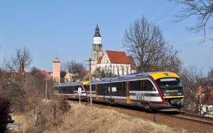 Siemens Desiro Dieseltriebwagen der Baureihe 642 der Städtebahn Sachsen auf der Strecke