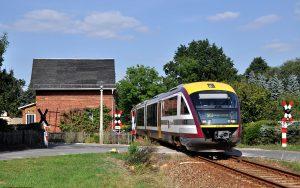Siemens Desiro Dieseltriebwagen der Baureihe 642 der Städtebahn Sachsen überquert unbeschrankten Bahnübergang