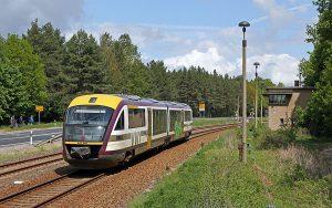 Die Städtebahn Sachsen fährt parallel zur Autostraße