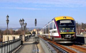 Ein Siemens Desiro Dieseltriebwagen der Baureihe 642 der Städtebahn Sachsen.