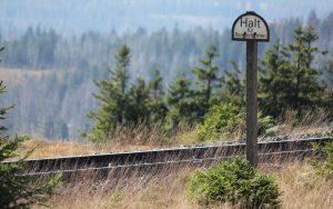 Streckenposten mit Schild