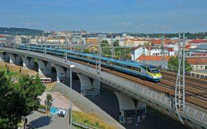SuperCity Pendolino auf einer Eisenbahnbrücke zwischen Prag und Ostrava.