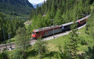 Die Albulalinie der Rhätischen Bahn zwischen Bergün und Preda im Kanton Graubünden. Eine spektakuläre Schmalspurbahn fährt durch das Gebirge.