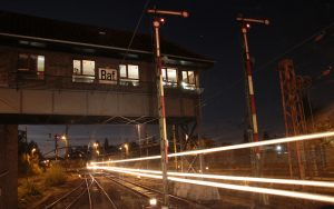 Rangierbahnhof in Bremen bei Nacht mit gleisenden Lichtern.