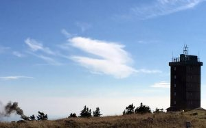 Kleine Dampfwolke kündigt die Brockenbahn auf dem Gipfel an.