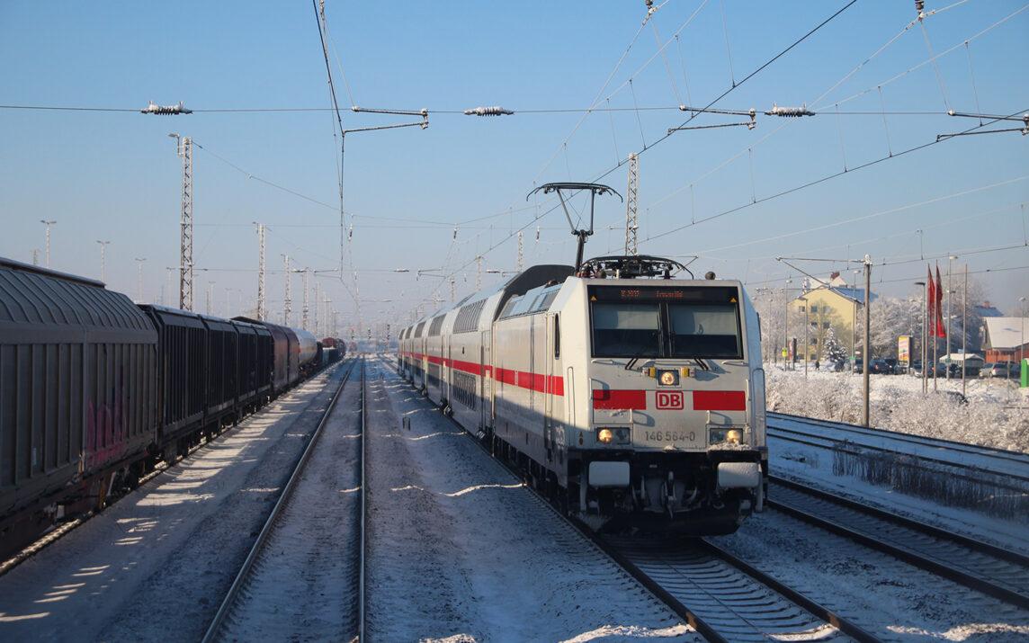 DB 146564-0 auf leicht verschneiten Gleisen