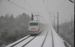 DB ICE fährt auf verschneiten Gleisen