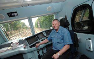 Pensionär und ehemaliger Lokführer der SBB sitzt im Führerstand