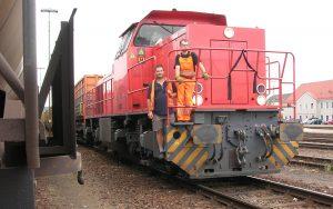 Zwei Lokführer stehen auf einem Kokszug in Neuburg an der Donau