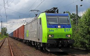 Bombardier Traxx der Schweizerischen BLS Group im Einsatz auf freier Strecke