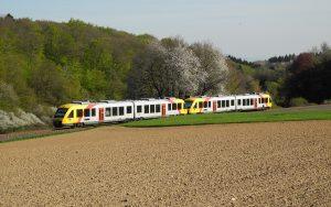 Taunusbahn wartet auf Außenbahnsteig auf Fahrgäste