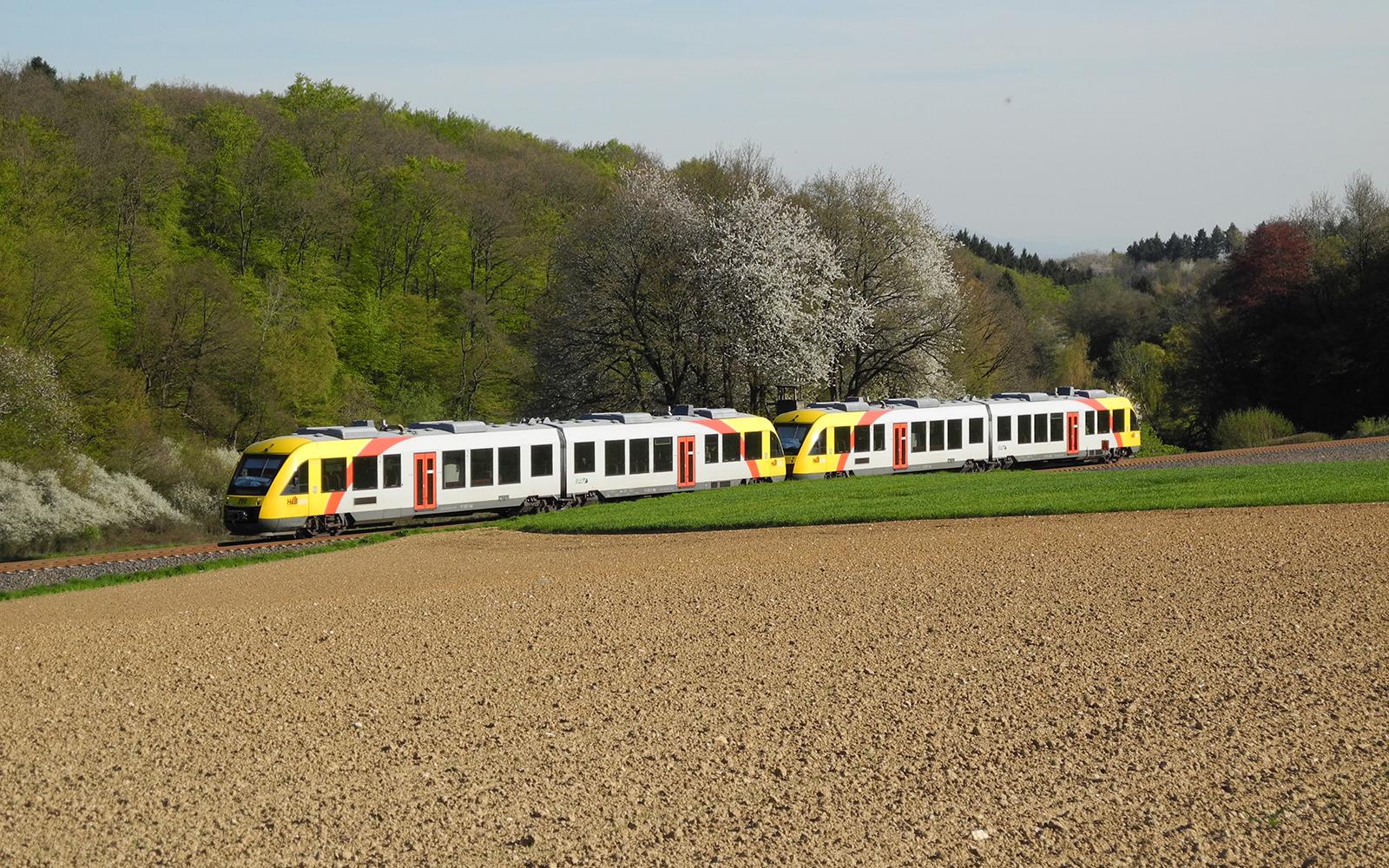 Foto: An einem der heißesten Tagen 2016, musste ein Zug der Taunusbahn auf der Fahrt von Königstein nach Grävenwiesbach, auf Grund einer Weichenstörung, in Frankfurt auf einen der Außenbahnsteige einfahren und auf seine Fahrgäste warten. Robust und zuverlässig, sind diese Triebwagen zwischen Frankfurt-Bad Homburg-Usingen-Grävenwiesbach-Brandoberndorf und zwischen Frankfurt-Kelkheim-Königstein. Die dieselelektrischen Triebwagen fahren mit Dieselmotoren der Baureihe 628 und haben eine Höchstgeschwindigkeit von 100 km/h. Text und Foto: railmen-Lokführer Jan Krehl