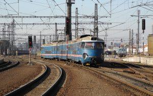 Eine der ältesten original erhaltenen Elektrotriebwagen Europas, der ČSD Baureihe EM 475.1 fährt im Großraum Prag.