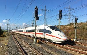 Mit 300 km/h durchfährt der ICE 3 Sprinter den Bahnhof Limburg/Süd.