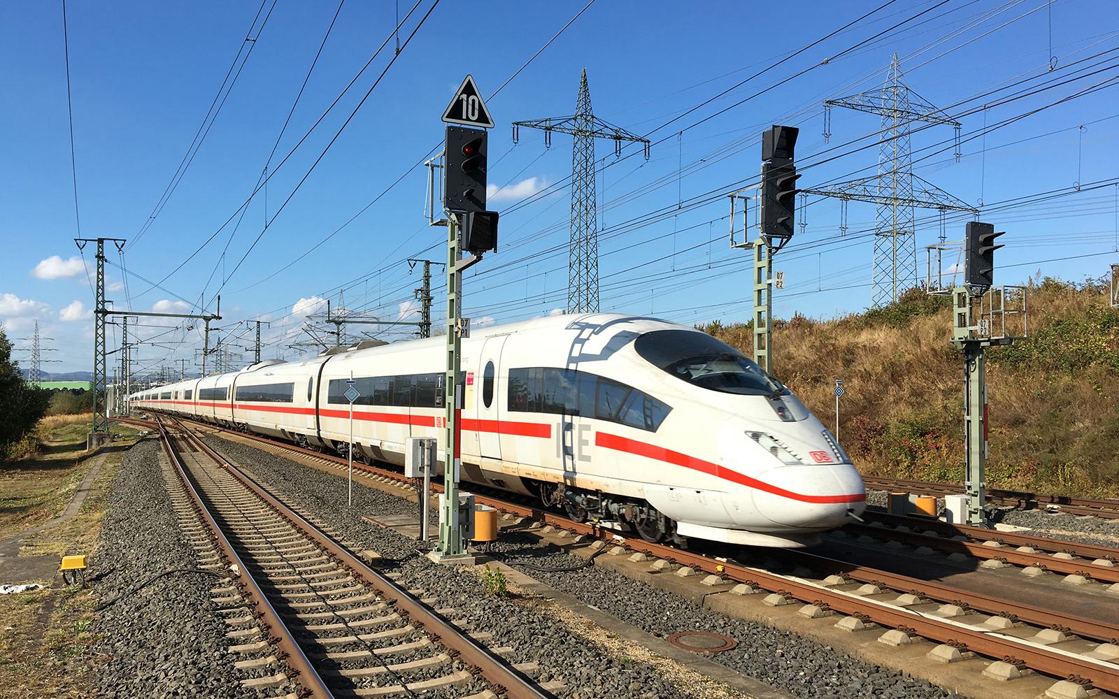 Foto: Mit 300 km/h durchfährt der ICE Sprinter den Bahnhof Limburg/Süd. Bei dem ICE handelt es sich um ein ICE 3, welche unter anderem in Halle (Saale) im Werk des Waggonbau Ammendorf gebaut wurden. Zugelassen sind die 8000 kW starken Züge für 330 km/h und fahren in Deutschland, Niederlande, Belgien und Frankreich. Eine der Stammstrecken ist die Hochgeschwindigkeitsstrecke von Frankfurt nach Köln. Text und Foto: railmen-Lokführer Jan Krehl