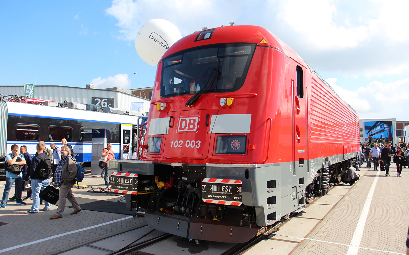 Foto: Die INNOTRANS in Berlin ist wie immer ein beliebter Treffpunkt aller, die Eisenbahn leben und lieben. Auch ralmen ist immer wieder vor Ort, und die Lokführer von railmen sowieso. railmen-Lokführer Jan Krehl fotografierte auf der INNOTRANS diese, schicke neue Schnellzuglokomotive von SKODA mit dem stolzen Namen