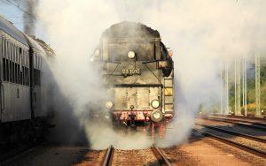 Schnellzug-Dampflokomotive 03 1010 frontal im Nebel