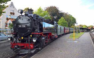 Einheitslokomotive der Baureihe 99.73–76 stoppt am HBF Zittau