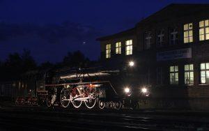 Bahnbetriebswerk Chemnitz bei Nacht mit einer alten Dampflok 032155-4 im Vordergrund