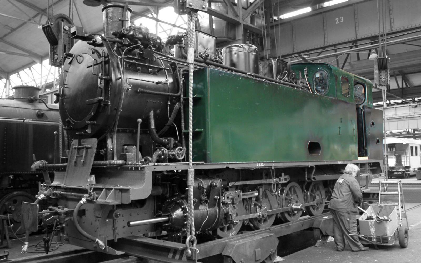 Foto: Christian Wodzinski - letzte Handgriffe an einer fast fertig aufgearbeiteten Schmalspur-Lokomotive