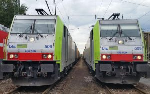 bls cargo 486 506 und 486 506 flankieren zwei Gleise