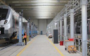Blick in die Werkstatthalle mit einem Triebzug vom Typ Bombardier Talent 2
