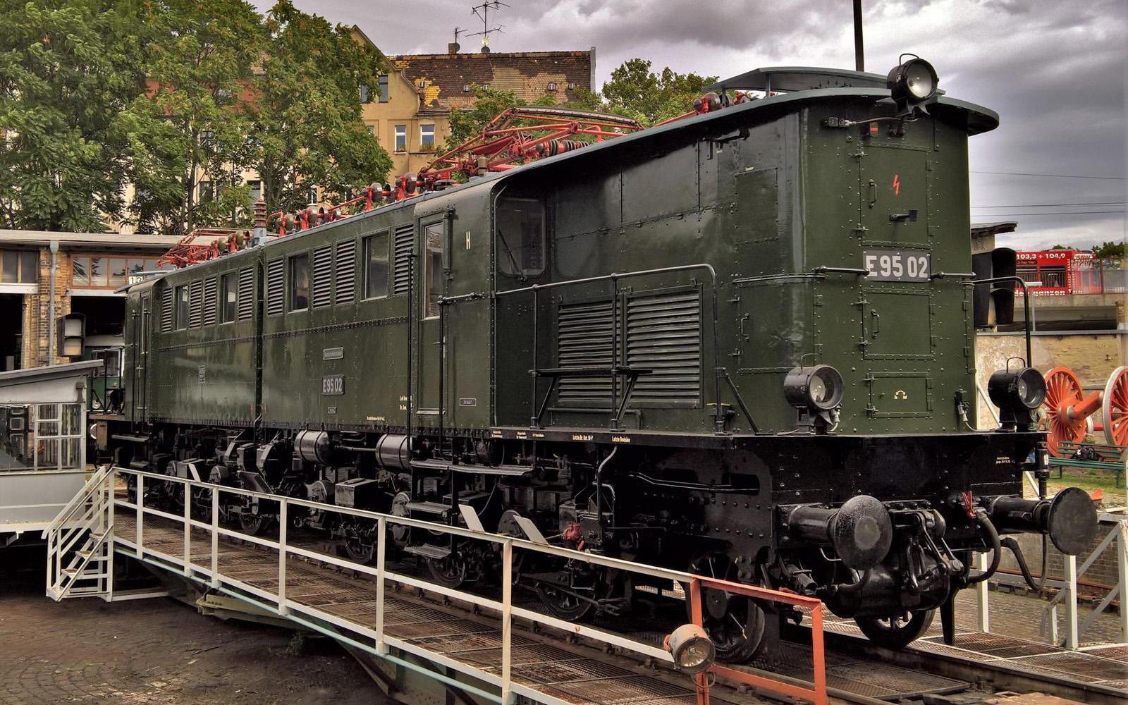 ©Foto: Christian Wodzinski   railmen   Güterzuglokomotive E95 02   BJ 1927   Auf der Drehscheibe vom DB Museum Halle