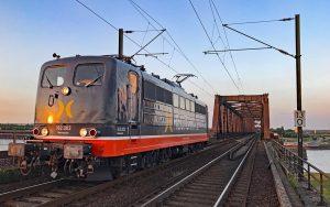 Hector Rail passiert Brücke
