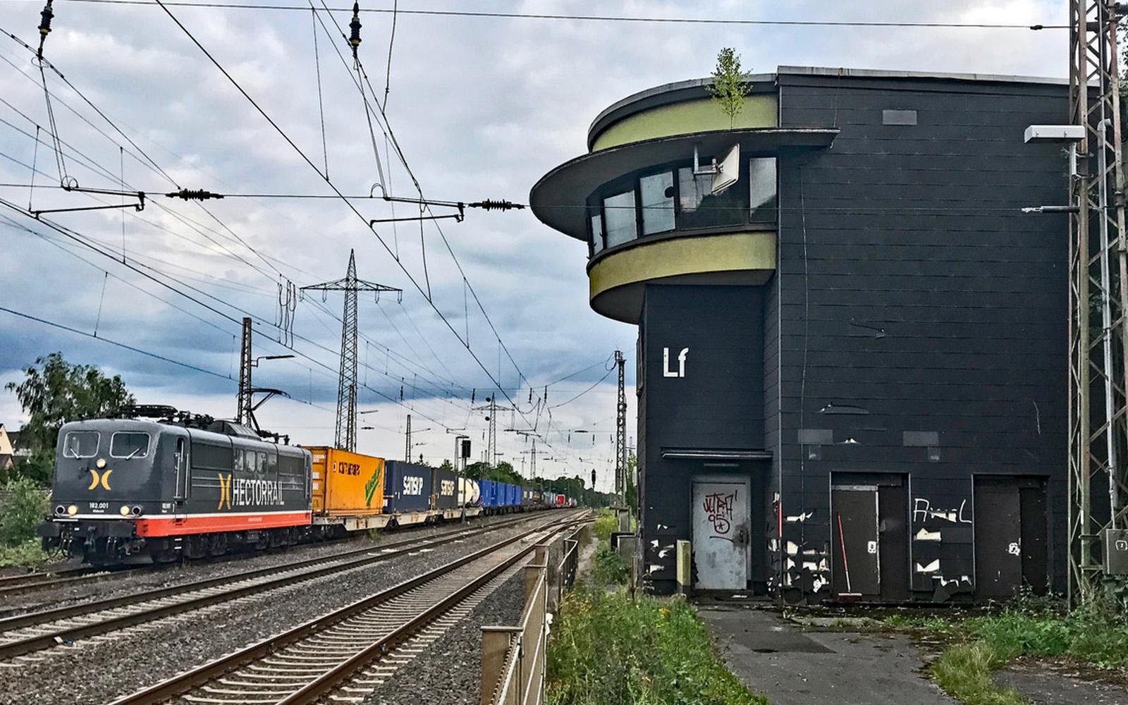 Art Deco Bahnhäuschen mit Hectorrailzug