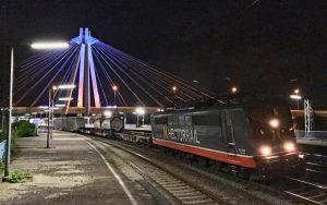 Hector Rail und Seilzugbrücke bei Nacht