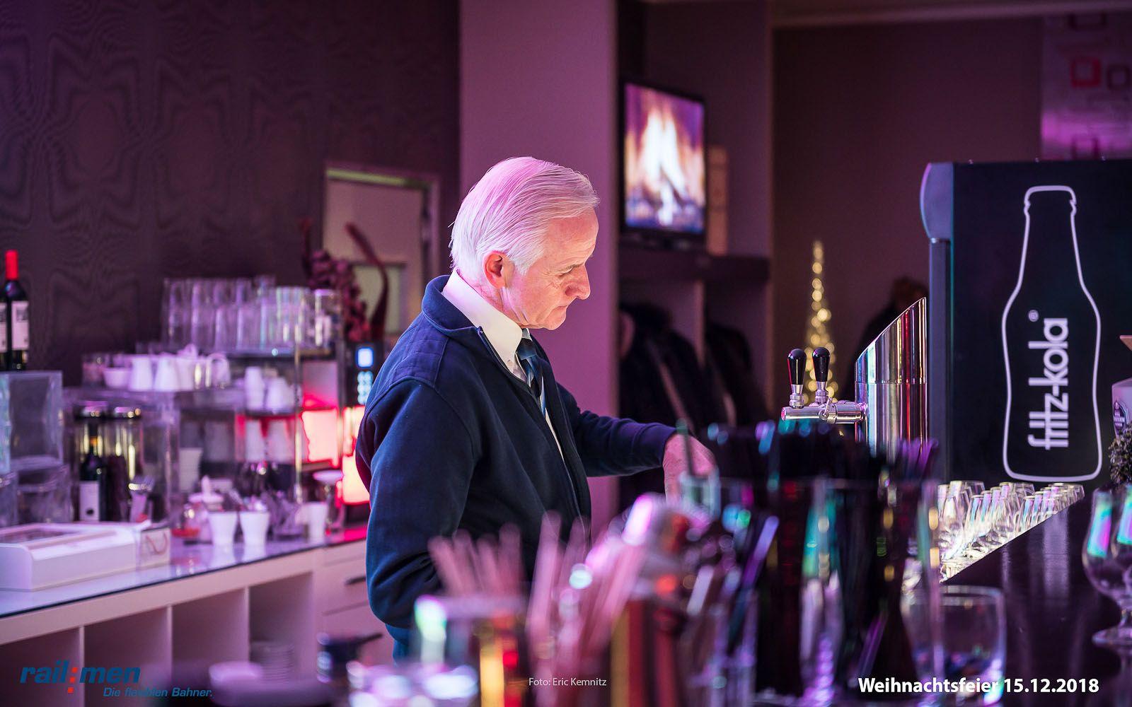 Reinhard Zeh – legendärer Bartender der Mephistobar – serviert den Railmen Mitarbeitern zu später Stunde feinste Cocktails der Spitzenklasse
