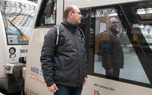 Lokführer Jan Krehl blickt in die Regiobahn