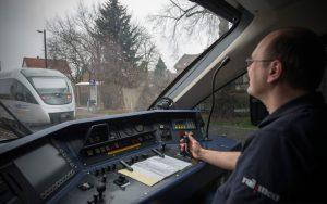 Triebfahrzeugführer Jan Krehl im Führerstand des Coradia Lint der MRB.