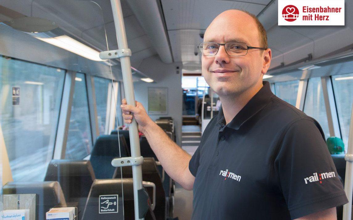 Stolz steht Lokführer Jan Krehl im Fahrgastraum der Mitteldeutschen Regiobahn.