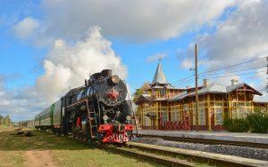 Historische Dampflok L-3958 beim Halt am Bahnhof Kuschenki