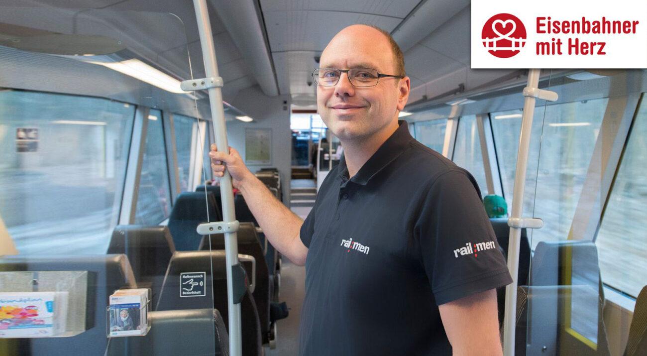 Stolz steht Lokführer Jan Krehl im Fahrgastraum der MRB