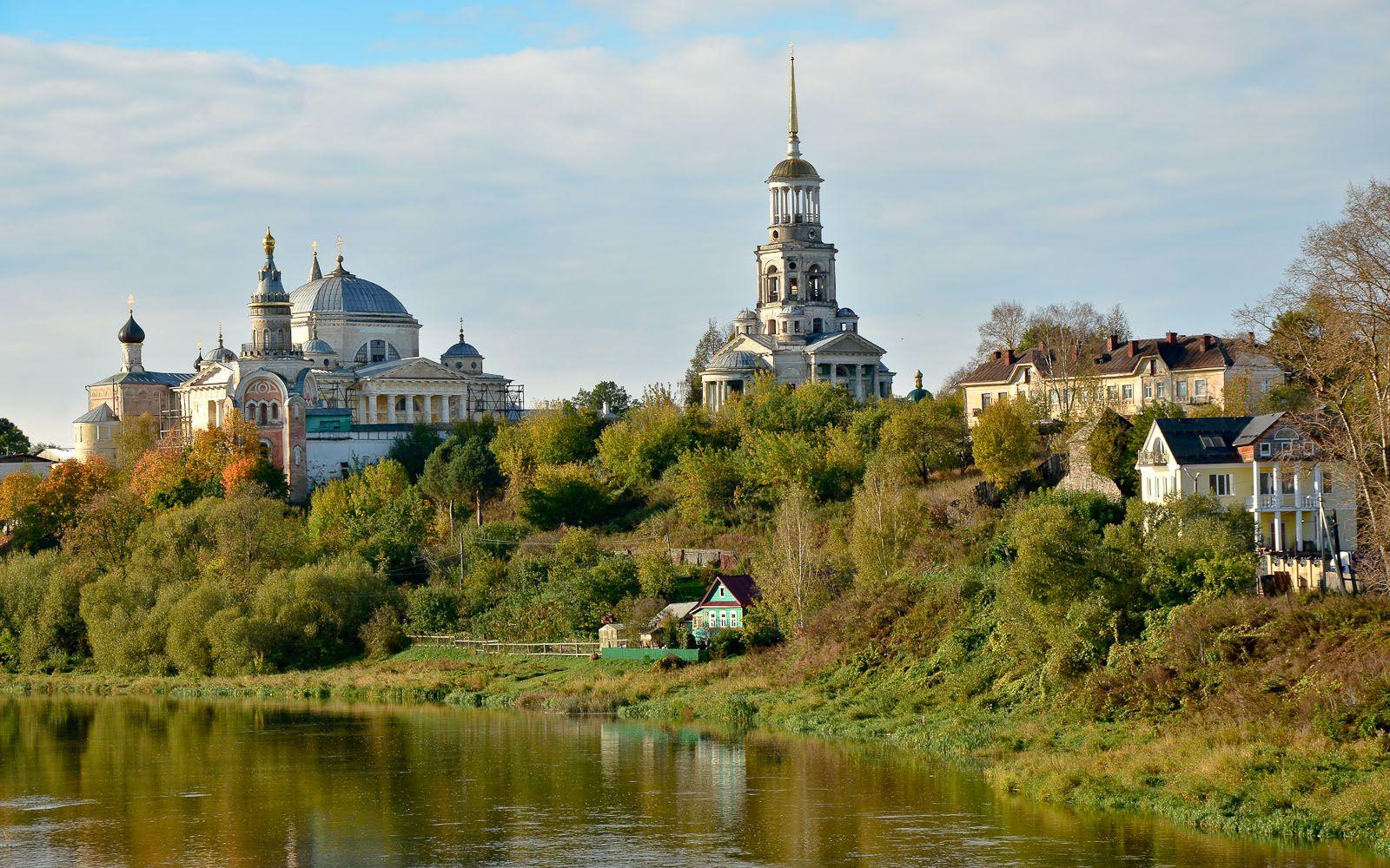 ©Foto: railmen Steffen Mann | Blick über die Wolga auf die altrussischen Kirchen, Klöster und Glockenturm von Torschok