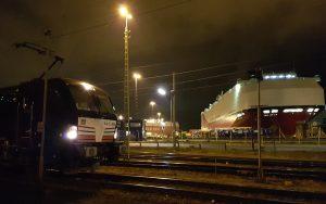 Nachtaufnahme Bremerhaven Umschlaghafen mit E-Lok im Vordergrund und Containerschiff im Hintergrund