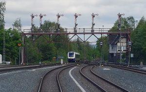 Ein Erixx passiert altertümliche Signalanlage auf der Harzer Strecke