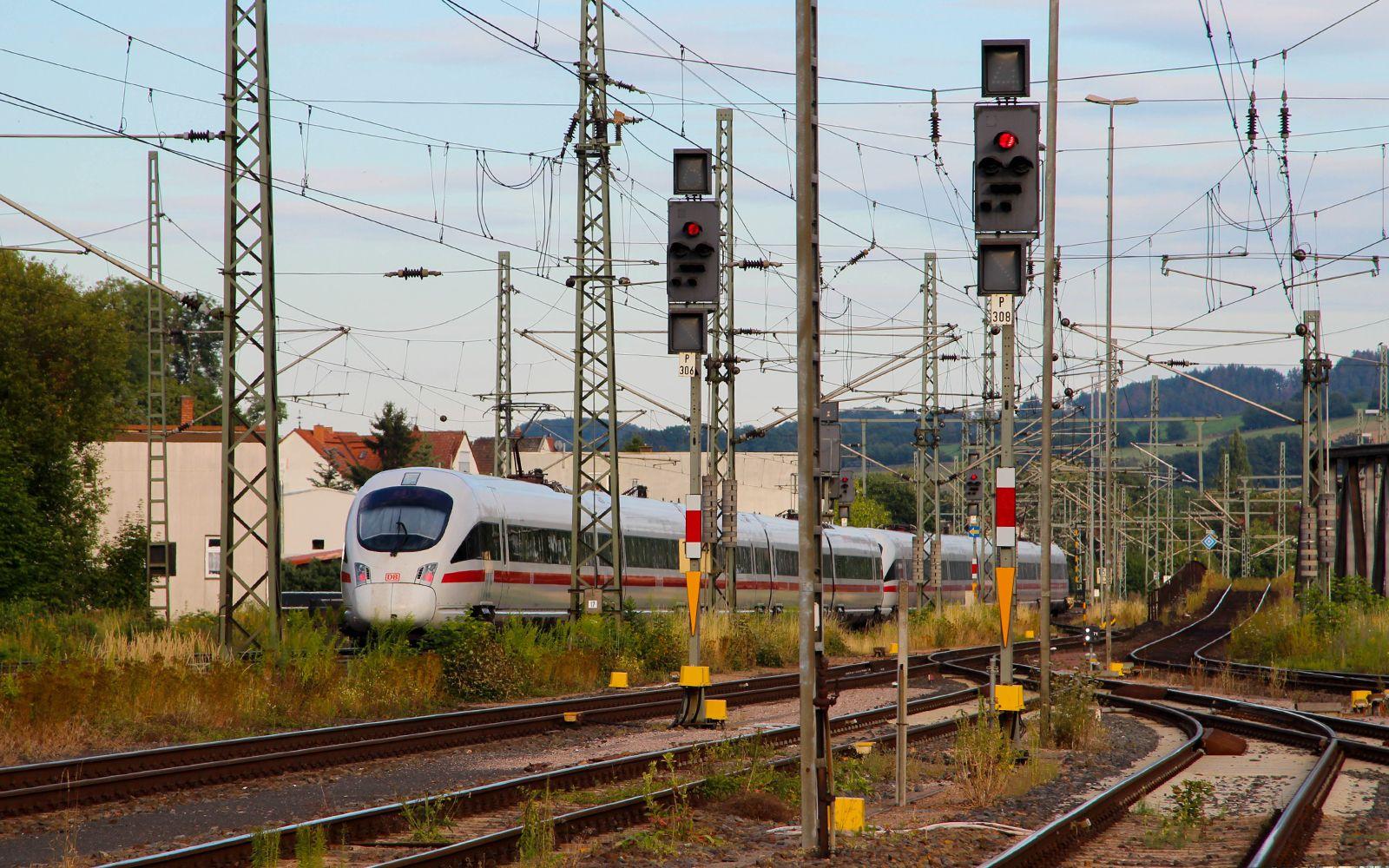 ©Foto: Denis Herwig   railmen   Lokführer im Dienst für InfraLeuna   ICE schlängelt sich durch das Schienennetz bei Eisenach   Zugüberholung