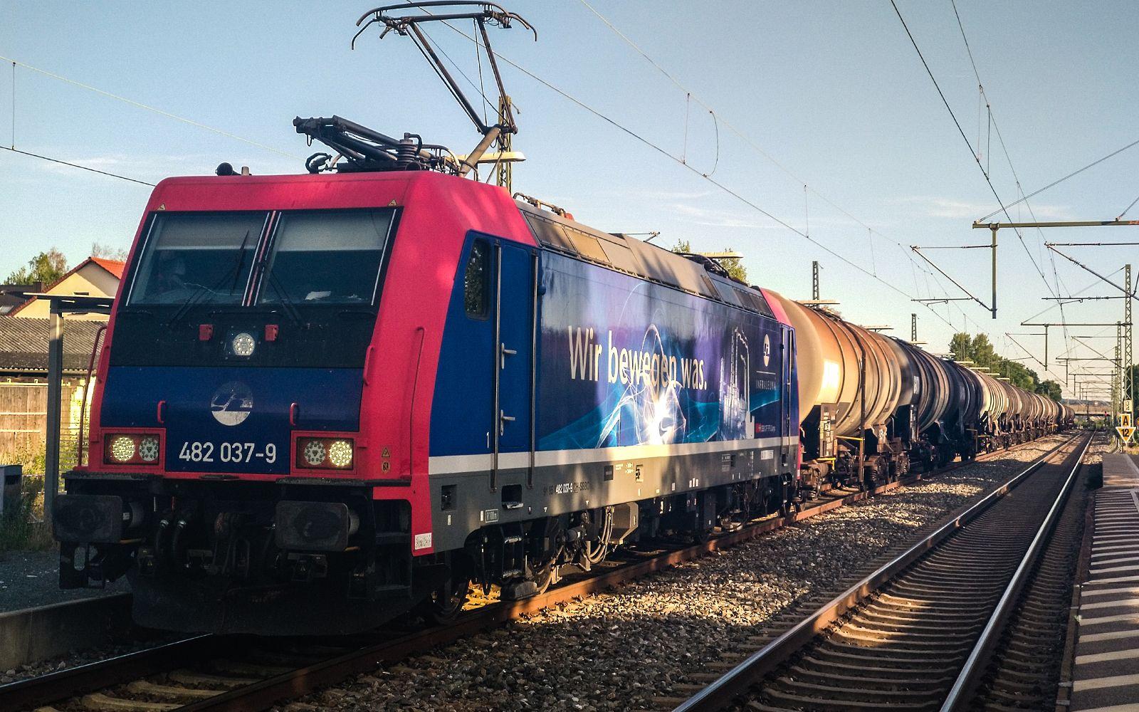 ©Foto: Denis Herwig   railmen   Lokführer im Dienst für InfraLeuna   Gütertransport macht Zwischenstopp in Hallstadt wegen Zugüberholung   Baureihe 482