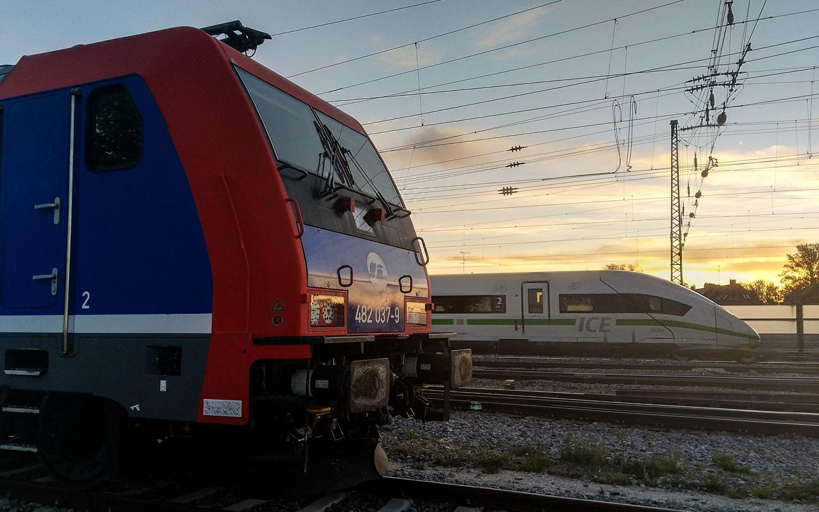 ©Foto: Denis Herwig   railmen   Lokführer im Dienst für InfraLeuna   ICE mit grüner Bauchbinde überholt Güterzug bei Augsburg