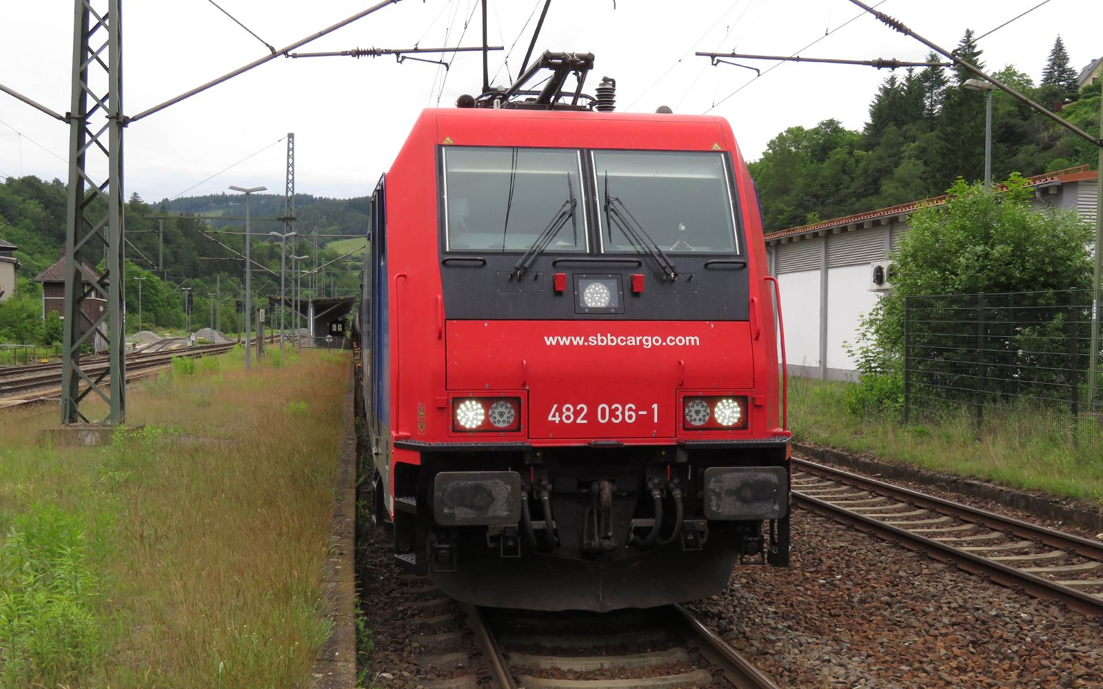 ©Foto: Denis Herwig   railmen   Lokführer im Dienst für InfraLeuna Gütertransporte   Warten auf die Schiebelok in Probstzella   Baureihe 482