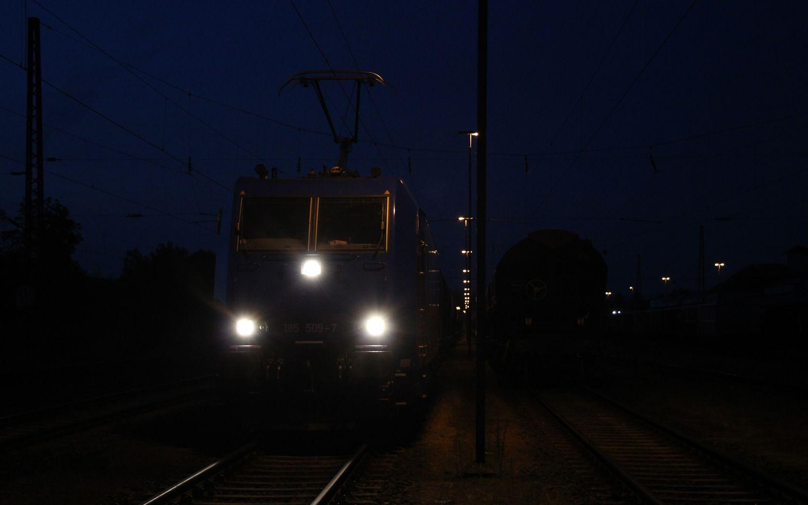 ©Foto: Denis Herwig   railmen   Lokführer im Dienst für InfraLeuna   Kesselwagen mit Diesel werden mit Lok der Baureihe 185 nach Bebra transportiert