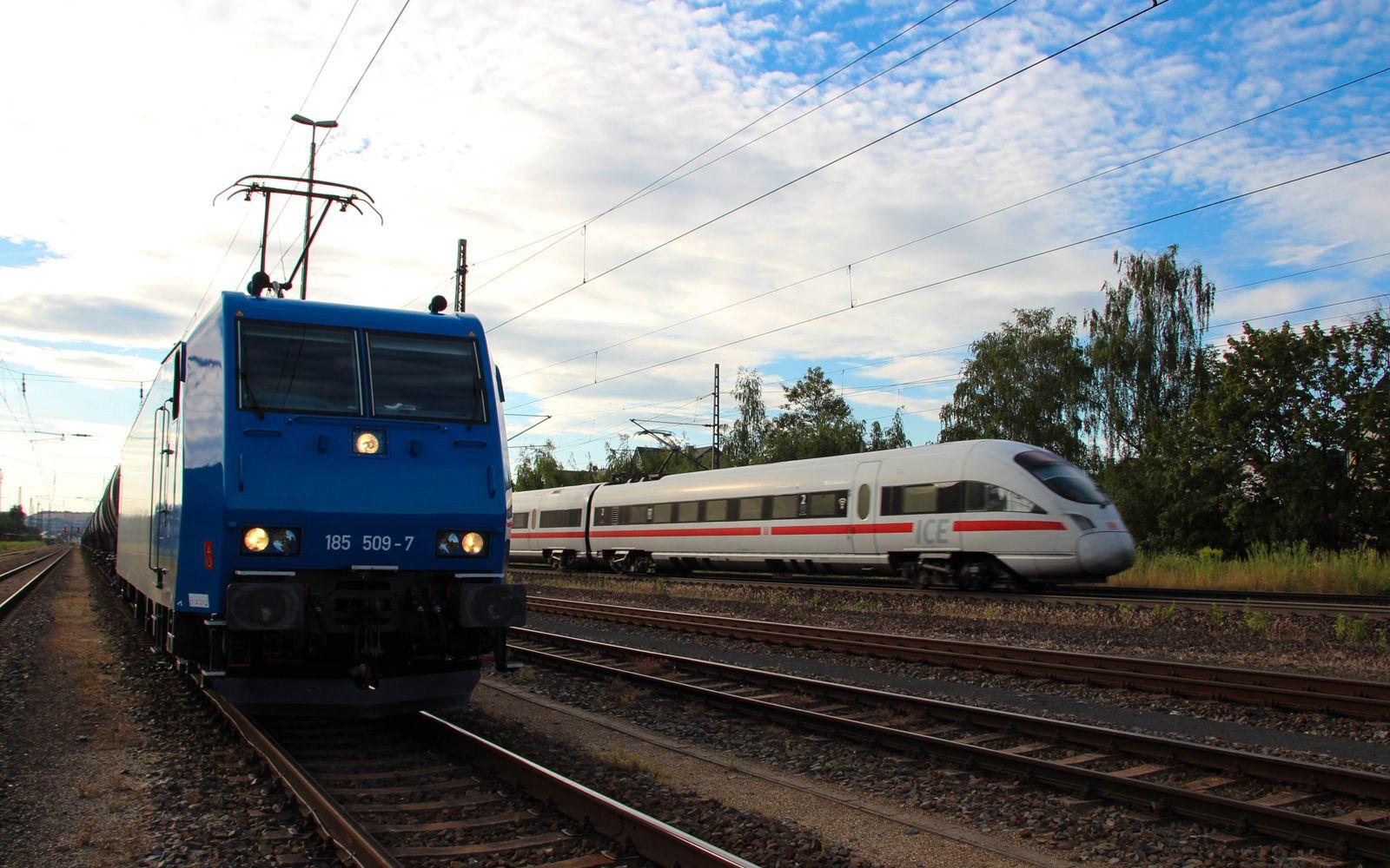 ©Foto: Denis Herwig   railmen   Lokführer im Dienst für InfraLeuna   ICE der Deutschen Bahn überholt Gütertransport mit Kesselwagen bei Eisenach
